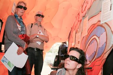 Menschen mit 3D-Brillen bei einer Ausstellung
