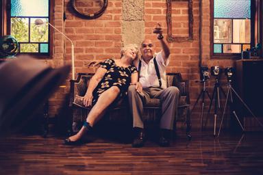 Senioren-Ehepaar die ein Bild von sich selber machen